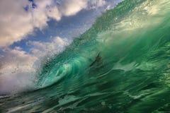 蓝色海洋shorebreak波浪侧视图 库存图片