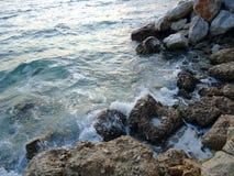 蓝色海浪岩石 免版税库存照片
