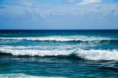 蓝色海浪视图  免版税图库摄影