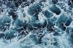 蓝色海的表面上的白色泡沫 库存照片