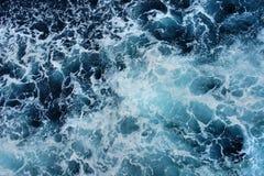 蓝色海的表面上的白色泡沫 库存图片
