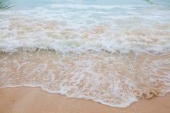 蓝色海软的波浪抽象模糊的背景有含沙的 免版税库存照片