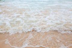 蓝色海软的波浪抽象模糊的背景有含沙的 图库摄影