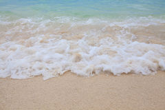 蓝色海软的波浪抽象模糊的背景有含沙的 库存图片