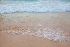 蓝色海软的波浪抽象模糊的背景有含沙的 库存照片
