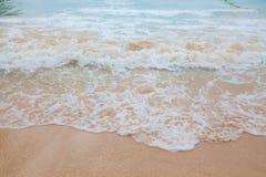 蓝色海软的波浪抽象模糊的背景有含沙的 免版税库存图片