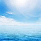 蓝色海运和多云天空 免版税库存照片
