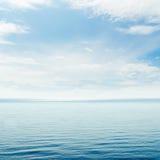 蓝色海运和多云天空 免版税库存图片