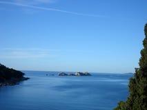 蓝色海运和海岸线 免版税库存照片