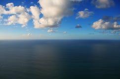 蓝色海运天空视图 库存图片