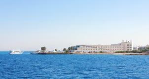 蓝色海运的银行的旅馆 图库摄影