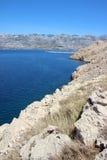 蓝色海,白色岩石 库存照片