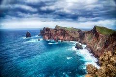 蓝色海洋、岩石和多云天空 免版税库存照片
