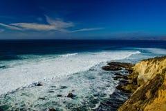蓝色海洋和岩石 库存照片