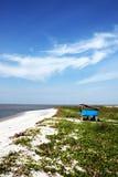 蓝色海滩和蓝天 免版税库存图片