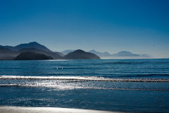 蓝色海滩在蓝天下 免版税库存图片