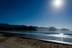 蓝色海滩在蓝天下 图库摄影