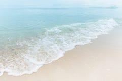 蓝色海水的关闭在白色沙子海滩,美丽的蓝色挥动 免版税库存照片