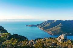 蓝色海洋盐水湖和山美丽如画的海景  免版税库存照片