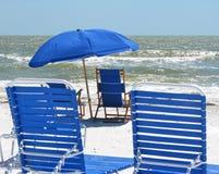 蓝色海滩睡椅和伞在海滩 免版税库存照片