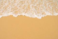 蓝色海洋软的波浪沙滩的 背景 免版税图库摄影