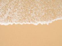 蓝色海洋软的波浪沙滩的 背景 免版税库存照片