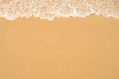 蓝色海洋软的波浪沙滩的 背景 免版税库存图片