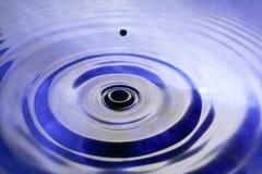 蓝色液体波纹 免版税库存照片