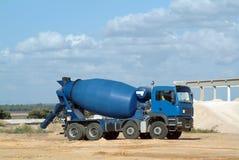 蓝色混凝土搅拌机卡车 免版税库存照片