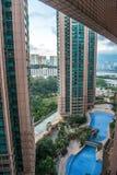 蓝色清楚的旅馆池天空游泳 免版税库存照片