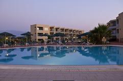 蓝色清楚的旅馆池天空游泳 免版税库存图片