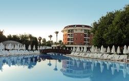 蓝色清楚的旅馆池天空 免版税库存照片