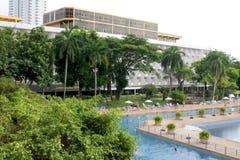 蓝色清楚的旅馆池天空 图库摄影