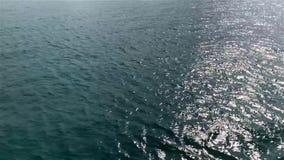 蓝色清楚的波浪的运动在海背景的, 影视素材