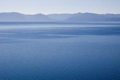 蓝色清楚的湖 库存图片