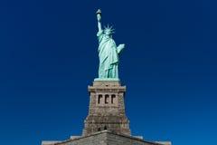 蓝色清楚的自由天空雕象 库存照片