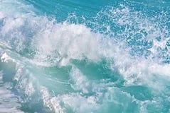 蓝色清楚的飞溅的水下落 免版税库存图片