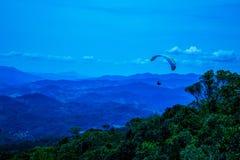 蓝色清楚的飞行降伞天空 库存照片