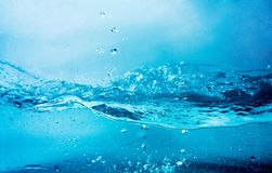 蓝色清楚的水飞溅 库存照片