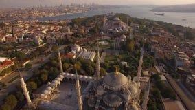 蓝色清真寺和圣索非亚大教堂空中英尺长度在伊斯坦布尔市 惊人的视图 股票视频