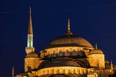 蓝色清真寺圆顶在晚上在伊斯坦布尔 免版税库存图片