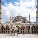 蓝色清真寺庭院在伊斯坦布尔市 免版税库存图片