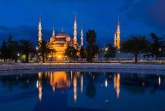 蓝色清真寺的反射 免版税库存图片