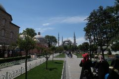 蓝色清真寺-苏丹Ahmet Camii如被看见从喷泉在公园,在伊斯坦布尔,土耳其 免版税库存图片