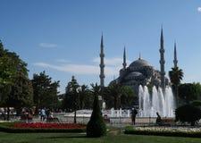 蓝色清真寺-苏丹Ahmet Camii如被看见从喷泉在公园,在伊斯坦布尔,土耳其 图库摄影