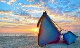 蓝色渔夫小船 库存照片