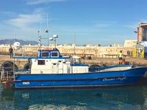 蓝色渔船在港口 免版税库存图片