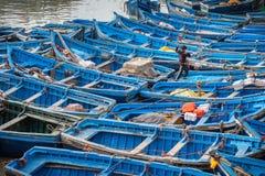 蓝色渔船在港口Essaouira摩洛哥 免版税库存照片