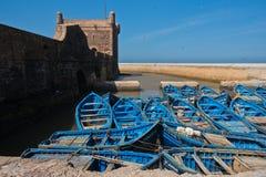 蓝色渔船在葡萄牙堡垒Sqala du Port,摩洛哥下的索维拉老港口 图库摄影