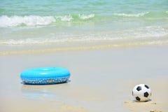 蓝色游泳圆环和橄榄球 库存图片